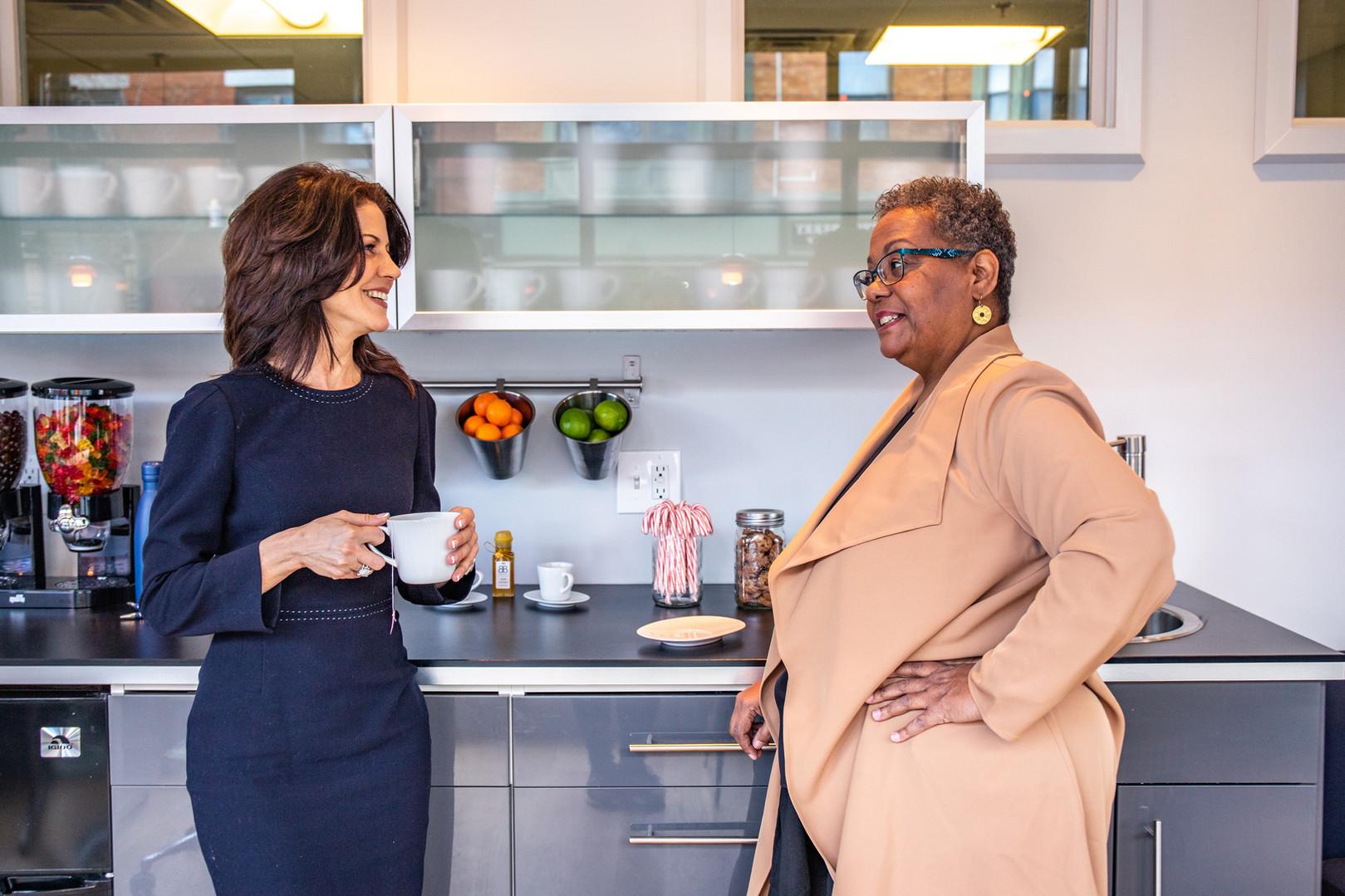 Agentes, Mary Scimemi y Marilyn Ellis se ríen en el Melrose Office Cafe