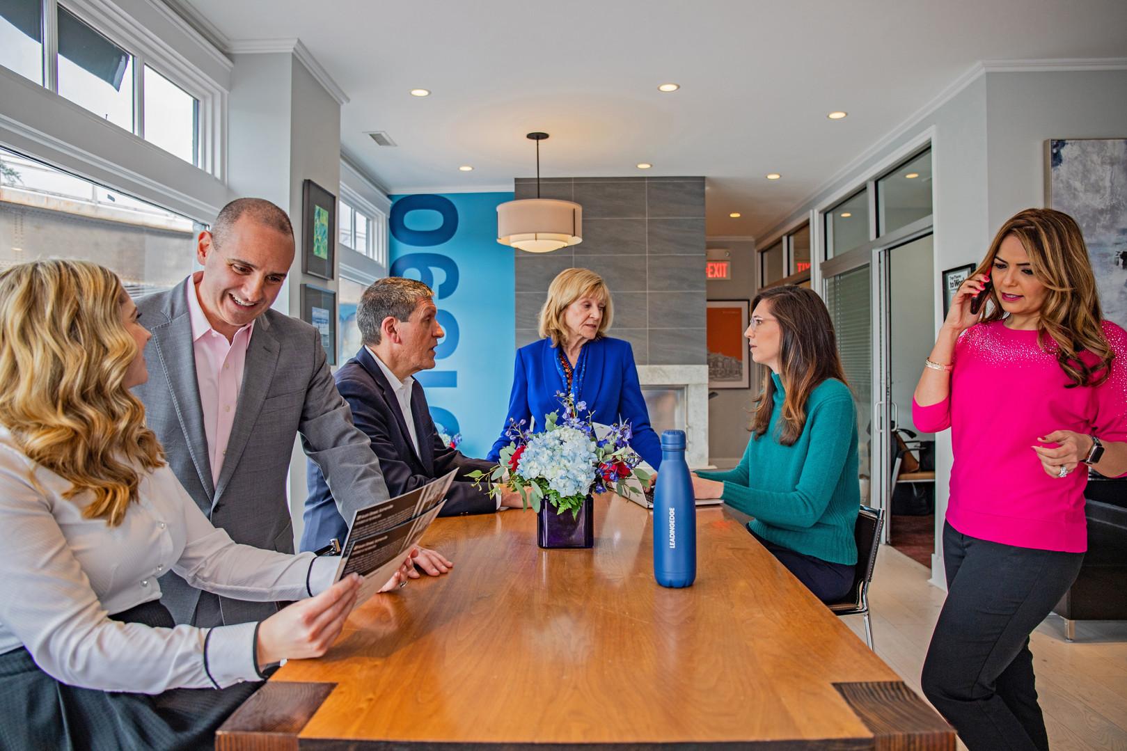 Los agentes se reúnen en la mesa de la sala de conferencias y tienen conversaciones por separado