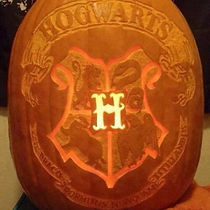 gallery-1477647760-hogwarts-crest-pumpki
