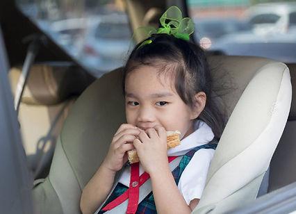 50408564-children-in-car-eating-breakfas
