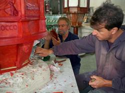 Bruno Edoardo ritocca la cera della scultura Ciborio.jpg