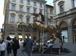 Mario Ceroli - Cavallo h. cm. 400 installato in Piazza Strozzi a Firenze (2).jpg