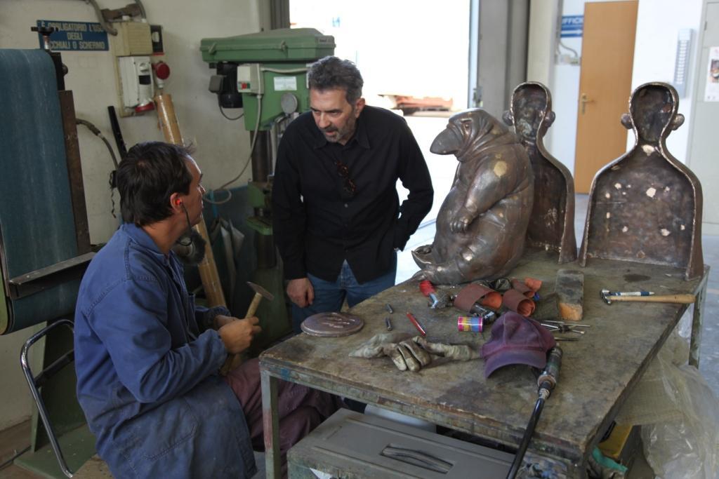 Grisha Bruskin in visita in fonderia