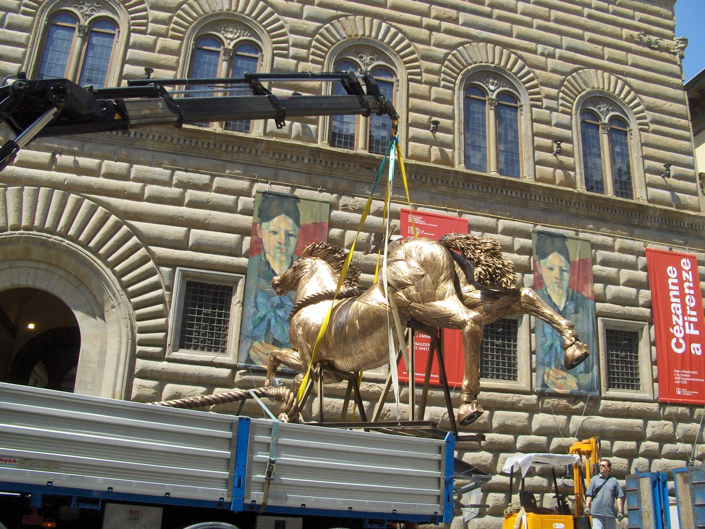 Mario Ceroli - Cavallo h. cm. 400 installato in Piazza Strozzi a Firenze
