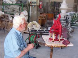 Vivarelli Jorio ritocca una cera di una scultura alla Salvadori Arte.JPG