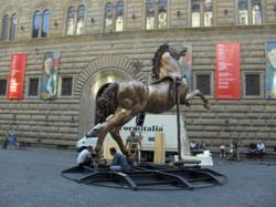 Mario Ceroli - Cavallo h. cm. 400 installato in Piazza Strozzi a Firenze (1).jpg