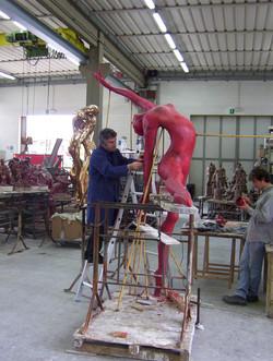 Manzi Antonio al lavoro alla Salvadori Arte alla  Ballerina h. cm. 250 installat