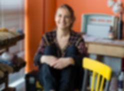 Emilie renault gérante de les Fées Récup dans son atelier Espace Cristal Technoparc Poissy
