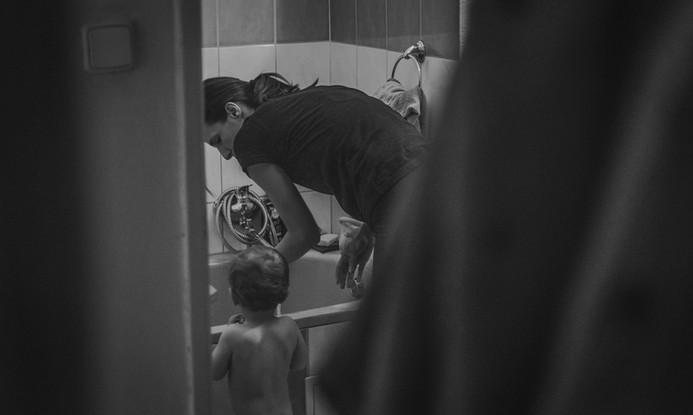 Matka se chystá koupat dítě
