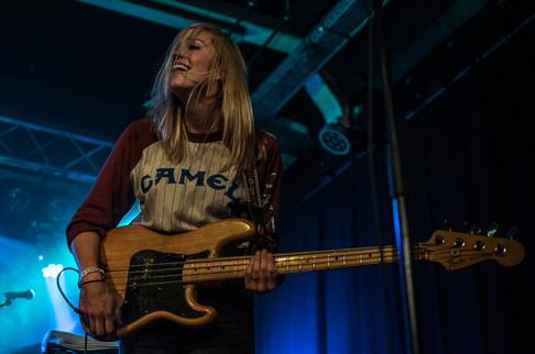 Basistka Zpěvačka a kytaristka americké kapely Weakened Friends na koncertě