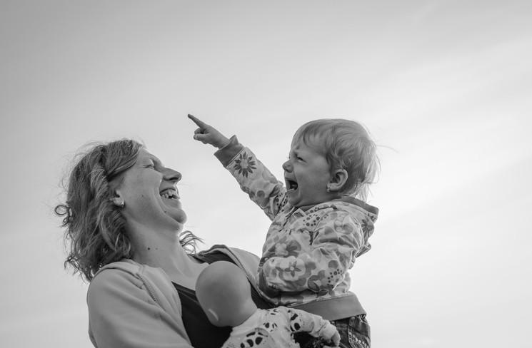 Fotografie dítěte, které pláče a matka se mu směje