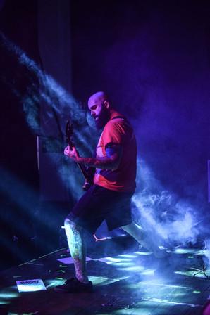 Kytarista kapely Dysentery Peter Spinazola