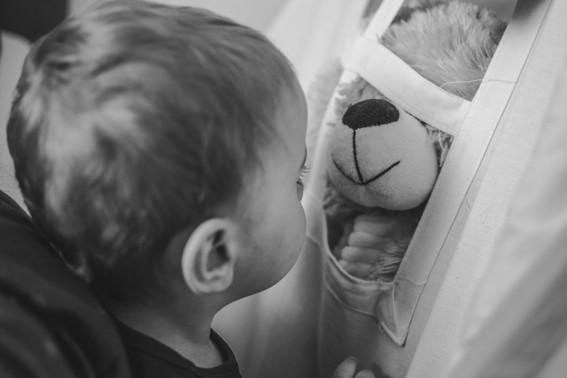 Dítě a plyšák medvěda