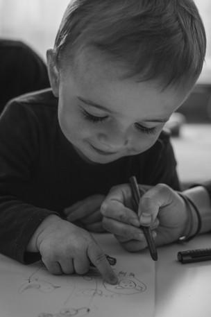 Malý chlapec si kreslí