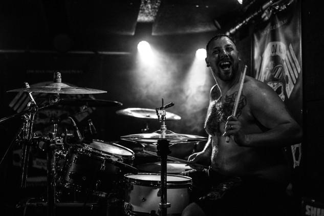 Bubeník death metalové kapely Dysentery