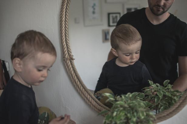 Fotografie batolete v zrcadle s otcem