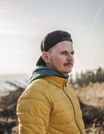 Portrét muže na výlětě v přírodě