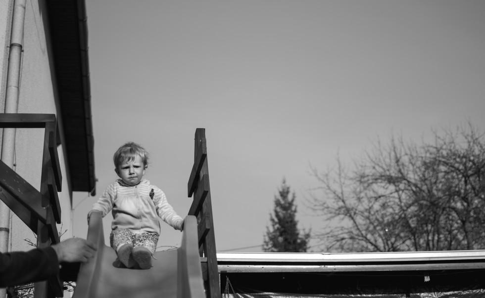 Malá holčička na skluza