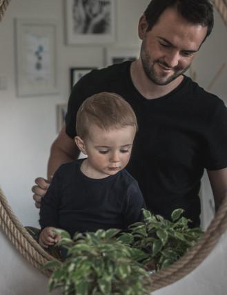 Rodinná domácí fotografie otce a dítěte před zrcadlem