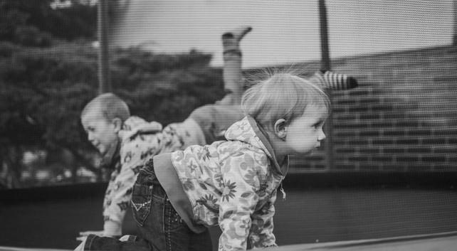 Sourozenci si hrají na trampolíně