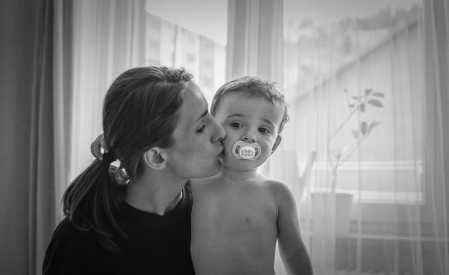 Matka dává svému novorozenci pusu