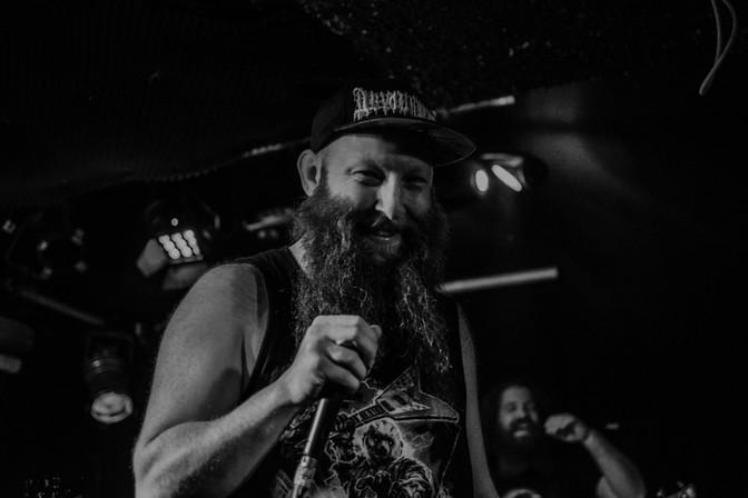 Frontman metalové kapely při živém vystoupení