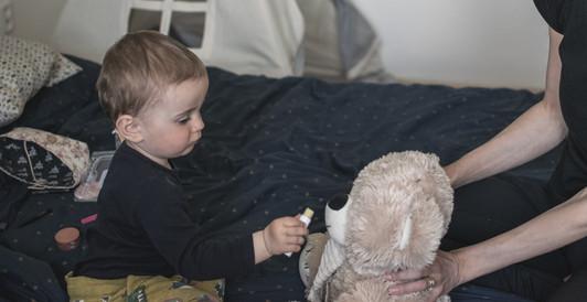 Dítě maluje pusu plyšákovi