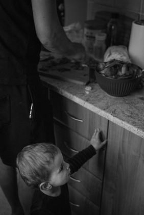 Dítě u kuchyňské linky