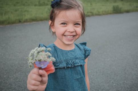 malá dívka s květinou