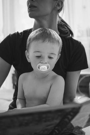Fotka kojence, který si prohlíží knihu na