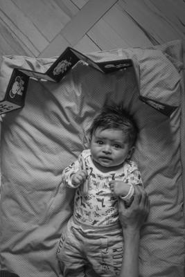 Fotografie kojence ležícího na peřině