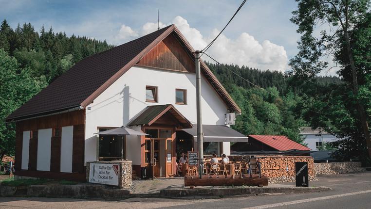 Fotografie exteriéru kavárny