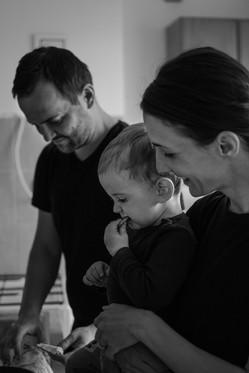Fotografie rodiny která připravuje oběd ve svém bytě ve městě Vsetín