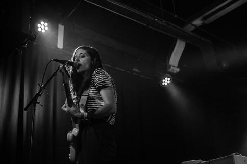 Zpěvačka a kytaristka americké kapely Weakened Friends