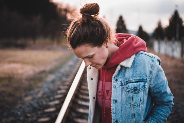 Portrét mladé ženy na kolejích ve městě Vsetín