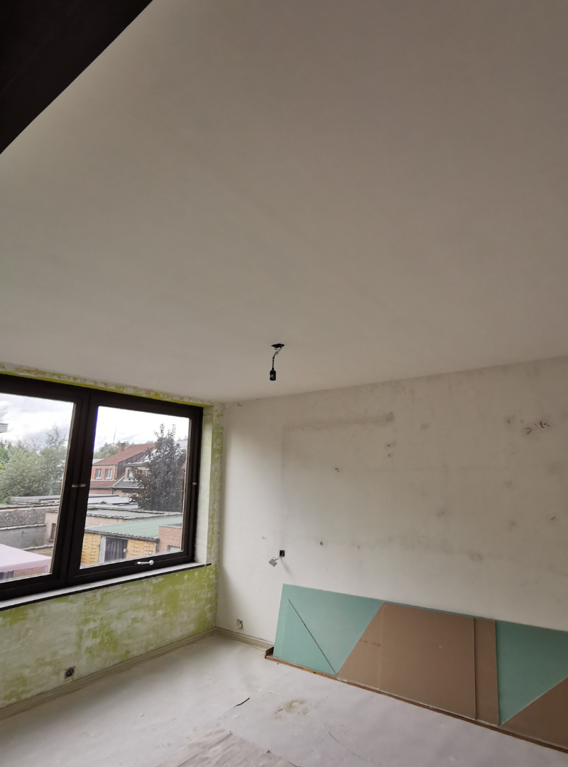 Afwerking zolder: ramen vervangen, gyproc plaatsen, pleisterwerk