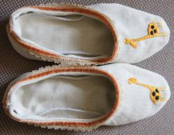 Zapatillas bordadas a mano.1