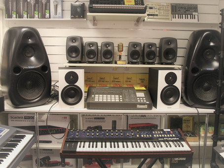 """-Vem har dom största Genelec monitorerna? Genelec 1022 (aka """"Vader"""") i Göteborgsbutiken:)"""