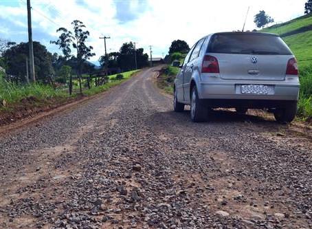 Sedur recupera estradas no interior do município