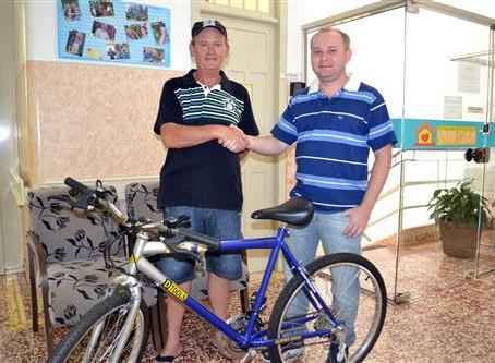 Clínica rifa bicicleta para comprar televisão aos pacientes