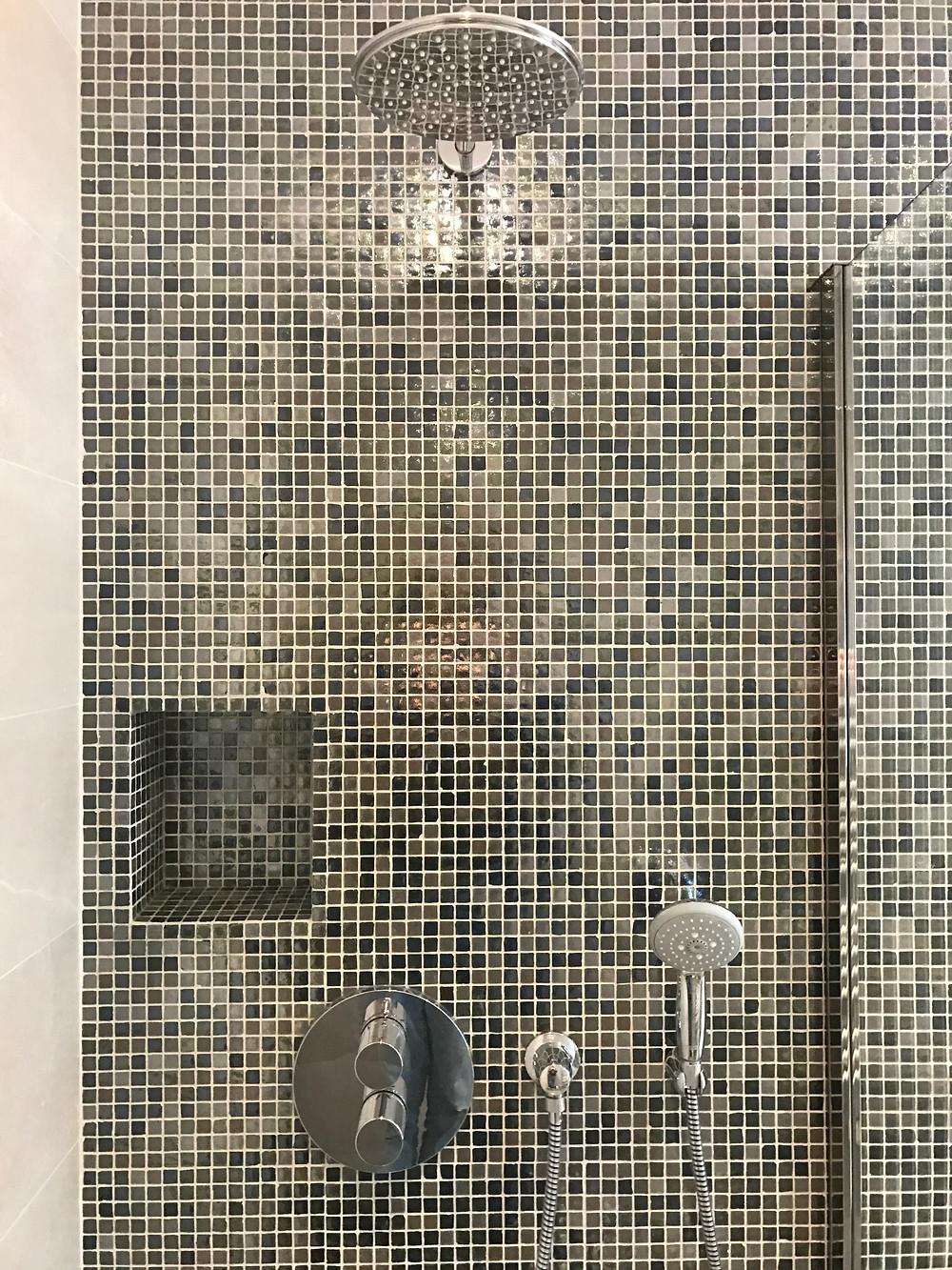 Qu'est-ce qui définit une douche à l'italienne : une douche carrelée ? une douche ouverte ? un bac à douche carrelé et une douche ouverte ?