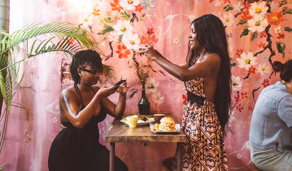 femmes prendre photo avec téléphone réseaux sociaux