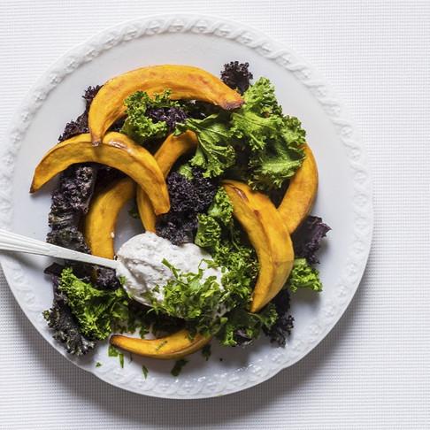 Mažai kalorijų: orkaitėje kepti moliūgai su jogurto-riešutų padažu