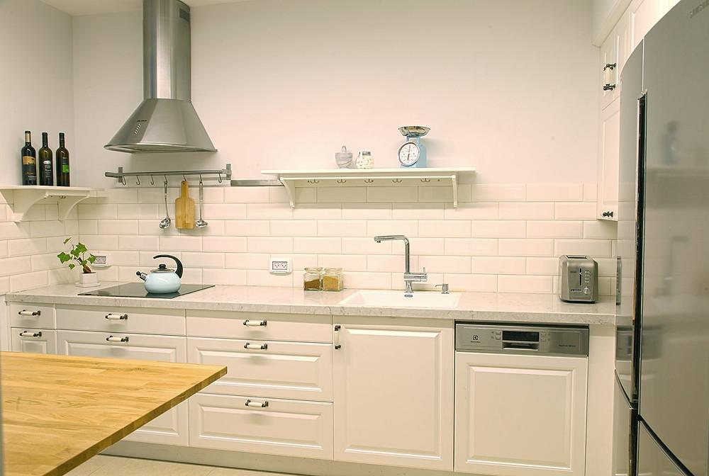 מטבח עם משטחי עבודה פונקציונליים - צילום: רותם בנעים