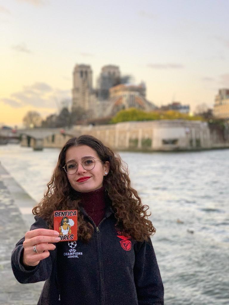 Adriana sur la rive gauche avec Notre Dame en panorama ! Une vraie Benfiquista Parisienne !
