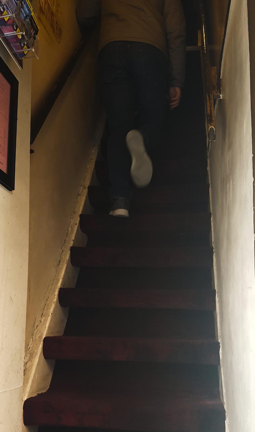 Estreita escada que leva ao restaurante Pannenkoekenhuis Upstairs, em Amsterdam, Holanda.