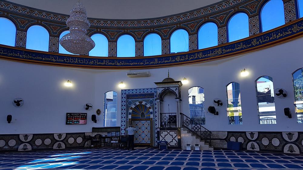 Foto da parte térrea da Mesquita Omar Ibn Al-Khattab.
