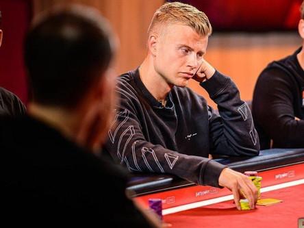 Покерист из Финляндии выиграл фиолетовый пиджак и 735,000$