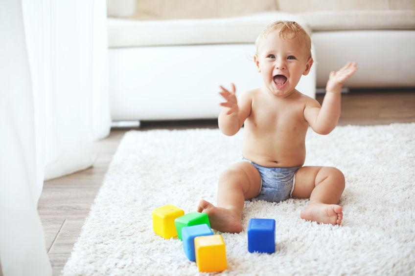 Bebé jugando en el suelo