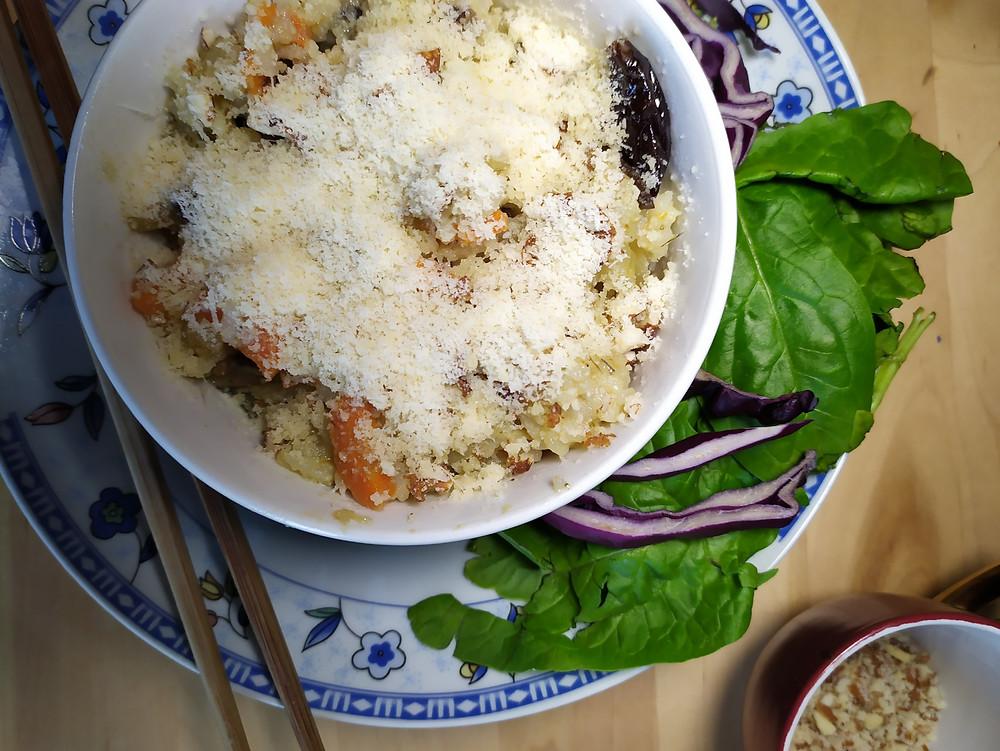 Bol risotto aux pruneaux couvert de parmesan
